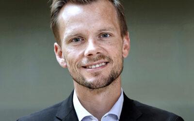 MINISTER ÆNDRER HOLDNING